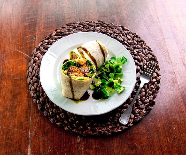 Teller mit Wrap auf einem Tisch