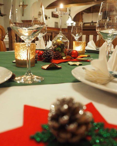 Gedeckter Tisch mit Deko